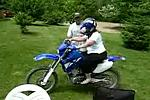 Frau versucht Motorrad zu fahren
